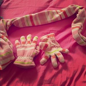 I am selling this Scarfs and gloves.